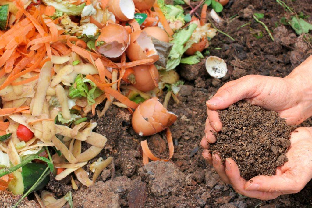 Sampah yang dihasilkan oleh setiap rumah alias sampah rumah tangga, punya nilai dan fungsi lebih jika diolah dengan tepat. Salah satunya adalah sampah basah seperti sisa makanan, yang bisa diolah menjadi pupuk kompos. Untuk kamu yang gemar bercocok tanam, pastinya tahu bahwa pupuk kompos dibutuhkan untuk membuat tanaman tumbuh dengan subur. Nah, daripada kamu harus keluar uang lagi untuk membeli pupuk kompos, kenapa tak mengolahnya sendiri dari sampah sisa makanan? Selain lebih hemat, kamu juga ikut berkontribusi dalam melestarikan lingkungan. Penasaran bagaimana cara membuat pupuk kompos dari sampah rumah tangga? Langsung saja simak langkah-langkahnya di bawah ini! Sebelum masuk ke cara membuat pupuk kompos, siapkan dulu alat dan bahan yang dibutuhkan! Alat yang dibutuhkan: - Ember berukuran besar dengan penutup - Sarung tangan Bahan yang dibutuhkan: - Sampah organik yang menumpuk di rumah - Pupuk kandang - Tanah - Air - Larutan gula - EM4. 9 tata cara membuat pupuk kompos dari sampah rumah tangga: cara membuat pupuk komposSumber: The Statesman Selesai menyiapkan alat dan bahan tersebut, maka kamu bisa langsung membuat pupuk. Seperti ini caranya! 1. Kumpulkan sampah rumah tangga yang akan diolah menjadi pupuk 2. Masukkan tanah ke dalam wadah yang telah disiapkan 3. Masukkan sampah organik, larutan gula, pupuk kandang, EM4, ke dalam ember 4. Sesuaikan kuantitas bahan dengan ukuran ember yang dimiliki 5. Tambahkan tanah untuk menutupi sampah organik 6. Siram permukaan tanah menggunakan air 7. Tutup ember rapat-rapat agar tak terkontaminasi partikel lain 8. Jauhkan dari paparan sinar matahari langsung 9. Diamkan selama 3 bulan untuk mendapatkan hasil sempurna. Tak semua sampah di rumah bisa dijadikan pupuk kompos Sampah rumah tangga terbagi lagi dalam beberapa jenis, tak semuanya bisa digunakan sebagai bahan pupuk kompos. Maka dari itu, kenali dulu perbedaan jenis-jenis sampah berikut ini: - Sampah basah: terdiri dari bahan-bahan organik yang mudah membusuk. Misalnya 